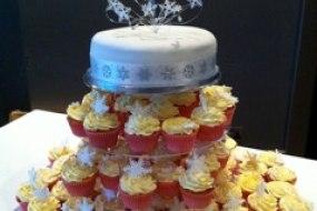 Wedding top cake and cupcakes
