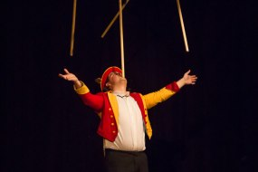 The Conwy Jester balancing 7 brushes on his face.