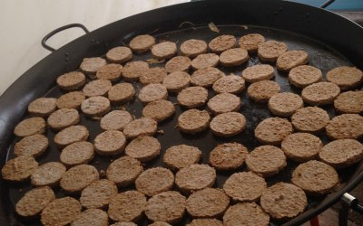 Lots of burgers in the big pan