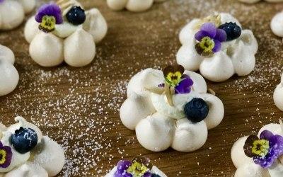 Baby meringue flower canapés
