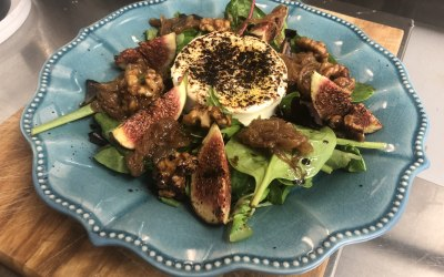 Caramelised fig & goat cheese salad