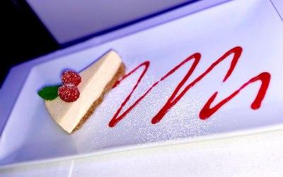 Vanilla cheesecake & raspberry coulis