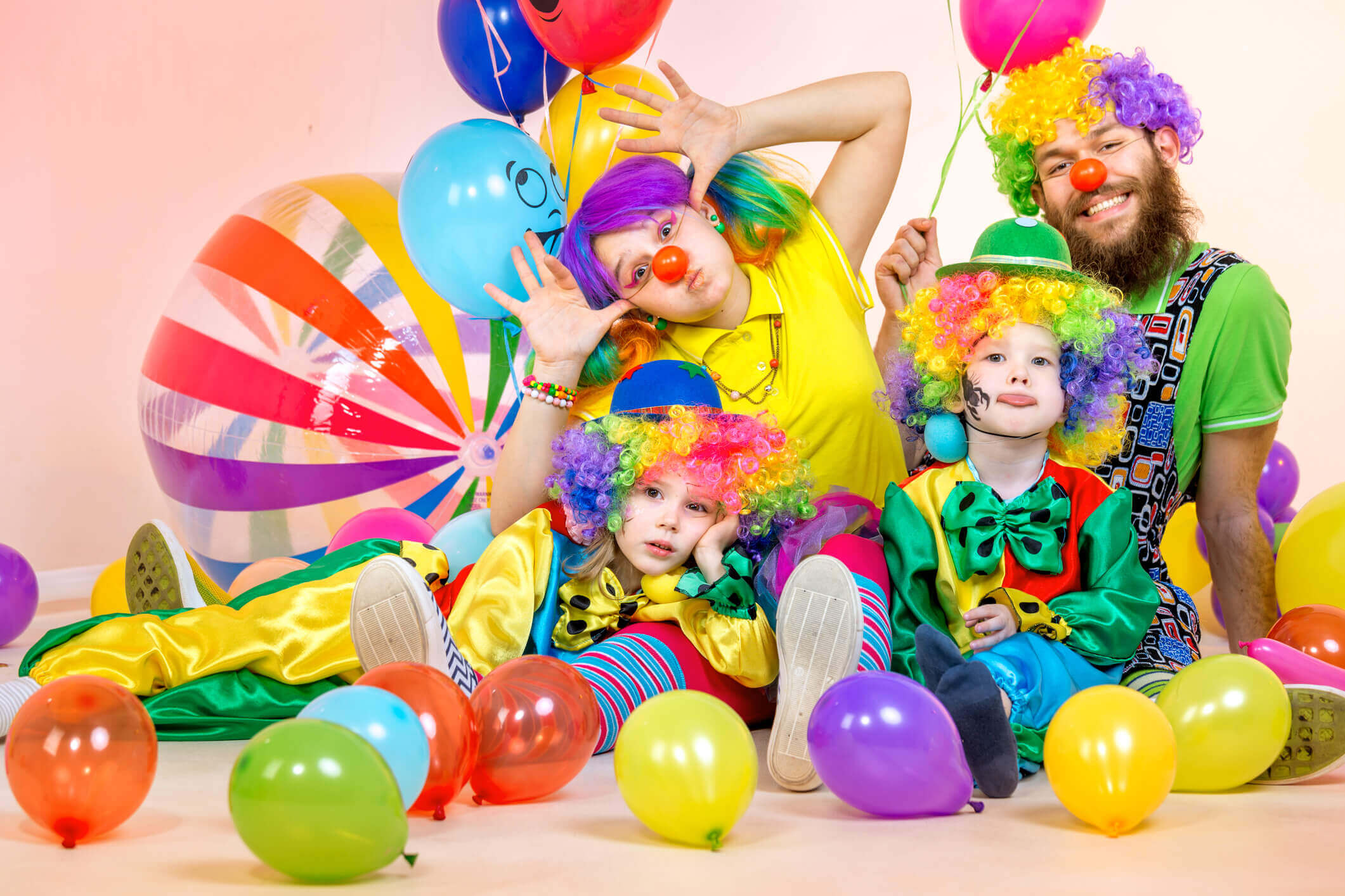 Children's party entertainers can help keep the kids amused at large events.